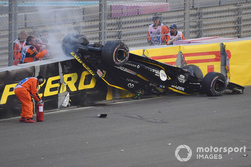 Grosjean toca a Hulkenberg y lo deja bocabajo
