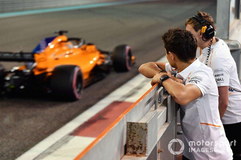 Lando Norris, McLaren observa a Carlos Sainz Jr., McLaren MCL33