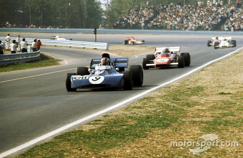…и за десять кругов до финиша между Tyrrell и Ferrari осталось всего две секунды. Но именно в этот момент на машине Икса разлетелся генератор, его обломки пробили картер коробки передач, и всю трассу залило маслом, на котором вскоре поскользнулся и улетел в барьеры Хьюм.