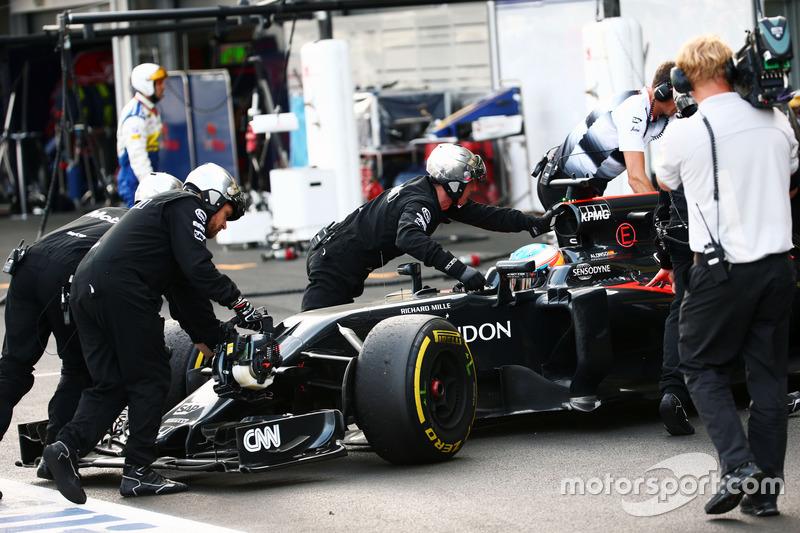 Fernando Alonso, McLaren MP4-31 se retira de la carrera