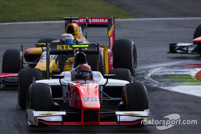 Daniel de Jong, MP Motorsport leads Antonio Giovinazzi, PREMA Racing