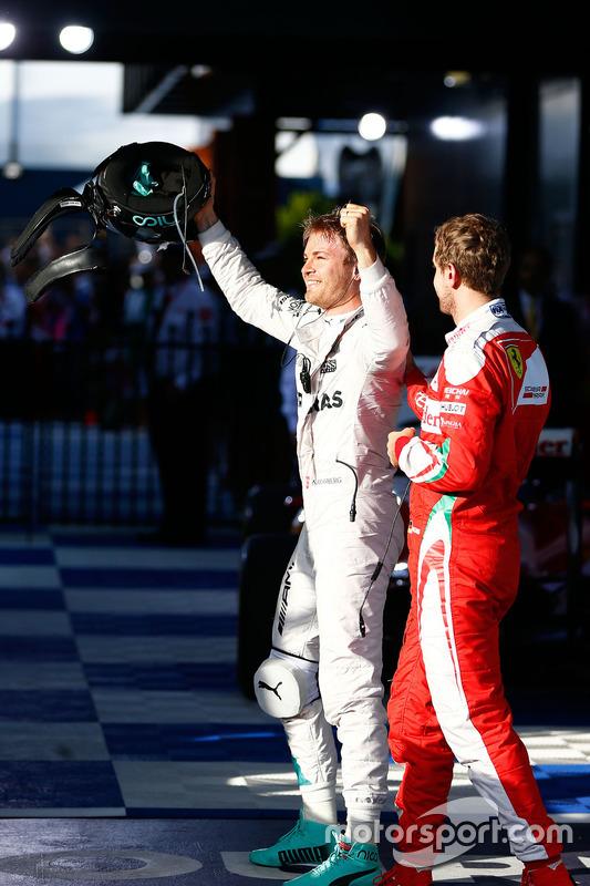 Racewinnaar Nico Rosberg, Mercedes AMG F1 viert feest in parc fermee met als derde geëindigde Sebast