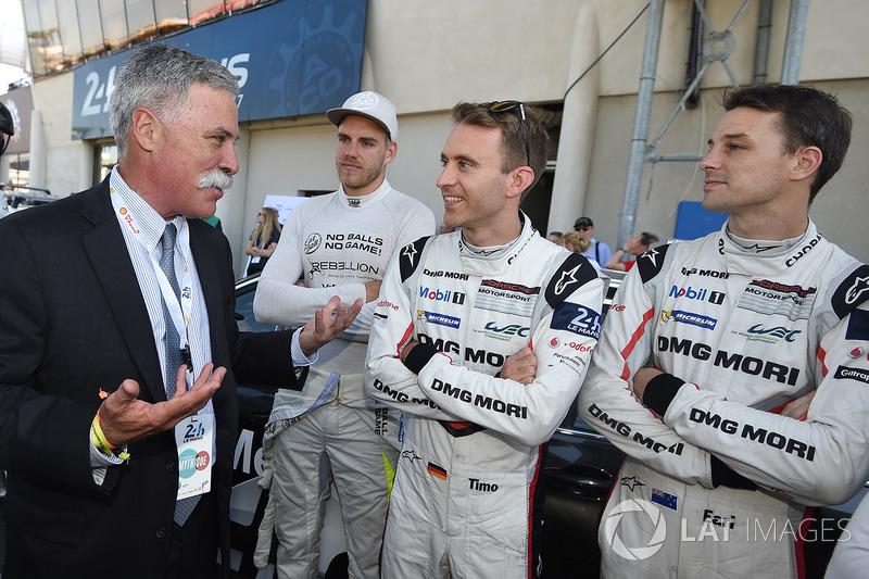 Chase Carey, CEO de FOM, habla con Dominik Kraihamer, Timo Bernhard, Earl Bamber