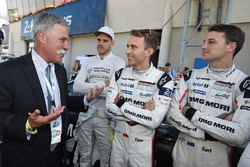 Chase Carey, Formel-1-Chef, mit Dominik Kraihamer, Timo Bernhard, Earl Bamber