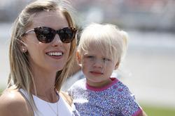 Paige Keselowski, Ehefrau von Brad Keselowski, mit Tochter Scarlett