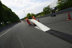 Los trabajadores eliminan líneas blancas en la recta de Mulsanne (Hunaudières)