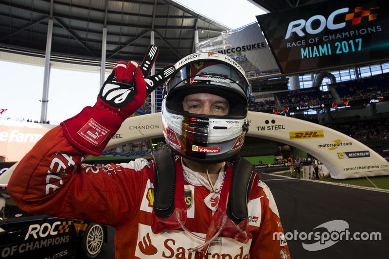 Sebastian Vettel, celebra su victoria para el equipo Alemania