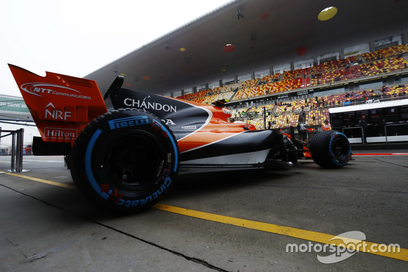 Stoffel Vandoorne, McLaren MCL32, leaves the garage