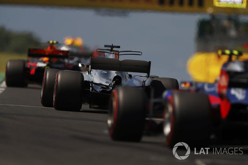 Max Verstappen, Red Bull Racing RB13, Lewis Hamilton, Mercedes AMG F1 W08, Carlos Sainz Jr., Scuderia Toro Rosso STR12, detrás del coche de seguridad