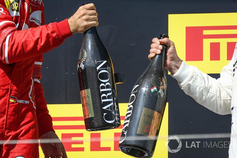 Podio: ganador de la carrera Sebastian Vettel, Ferrari y tercer lugar Valtteri Bottas, Mercedes AMG F1