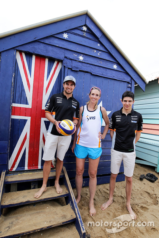 Sergio Perez, Sahara Force India F1; Volleyball-Spieler Tamsin Hinchley; Esteban Ocon, Sahara Force India F1 Team; am Brighton Beach