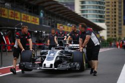 Техники Haas F1 Team катят VF-17 Ромена Грожана по пит-лейну
