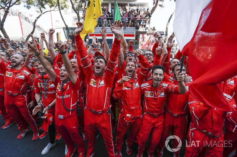 Mecánicos y el equipo Ferrari celebra en parc ferme