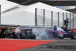 Daniil Kvyat, Scuderia Toro Rosso STR12 choca con Fernando Alonso, McLaren MCL32
