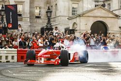 Jenson Button, McLaren, avec Naomi Campbell dans une biplace