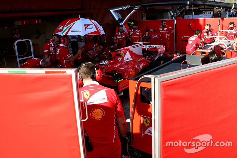 Kimi Raikkonen, Ferrari SF70H derrière les écrans dans les stands