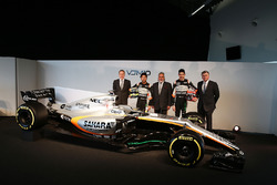 Andrew Green, Sahara Force India F1 Team Director técnico; Sergio Pérez, Sahara Force India F1; El Dr. Vijay Mallya, dueño de Sahara Force India F1; Esteban Ocon, Sahara Force India F1 Team; Alfonso Celis Jr, Sahara Force India F1 conductor de desarrollo;