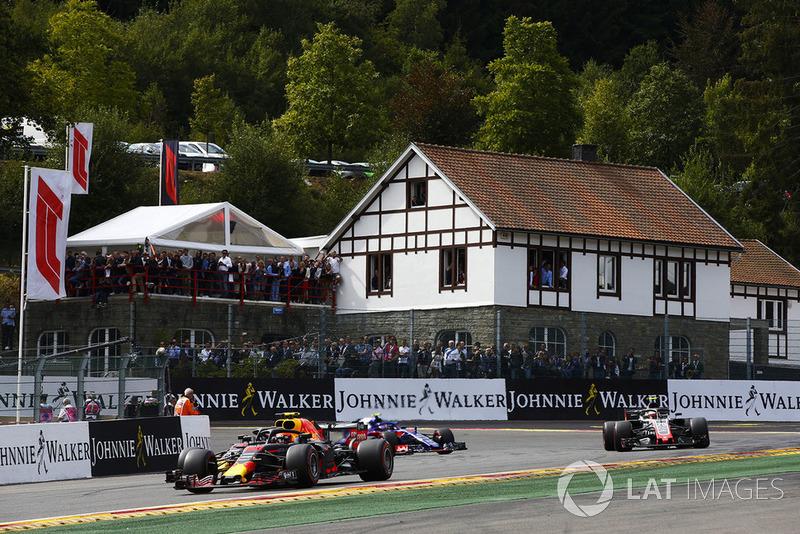 Max Verstappen, Red Bull Racing RB14, Daniel Ricciardo, Red Bull Racing RB14, y Kevin Magnussen, Haas F1 Team VF-18, vuelta de formación