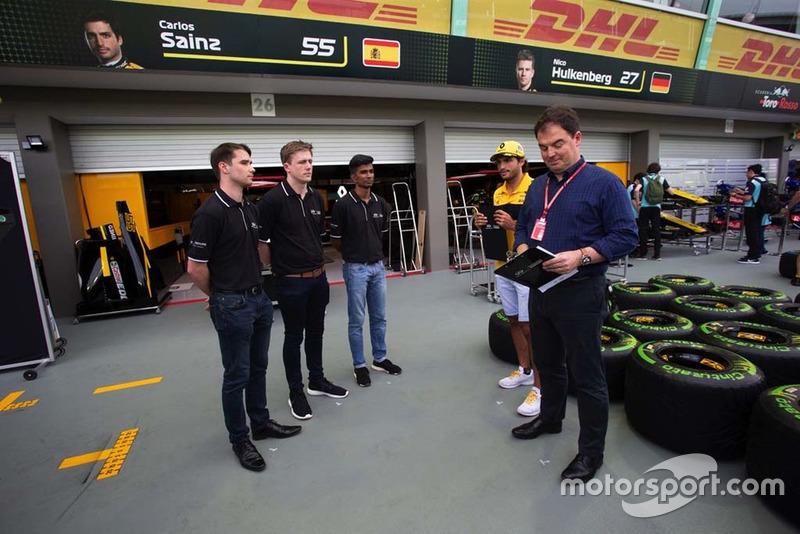 Participantes del programa Infiniti Engineering Academy con James Allen y Carlos Sainz Jr., Renault Sport F1 Team
