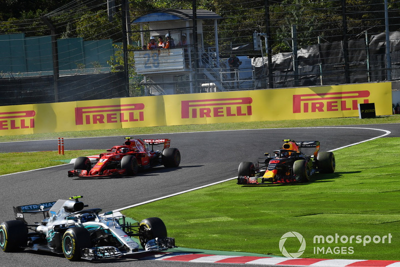 Kimi Raikkonen, Ferrari SF71H lotta con Max Verstappen, Red Bull Racing RB14