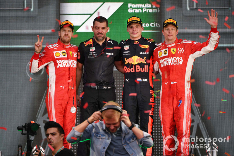 Podio: segundo lugar Sebastian Vettel, Ferrari, Guillaume Rocquelin, Red Bull Racing, ganador de la carrera Max Verstappen, Red Bull Racing y tercer lugar Kimi Raikkonen, Ferrari con Armin van Buuren, DJ