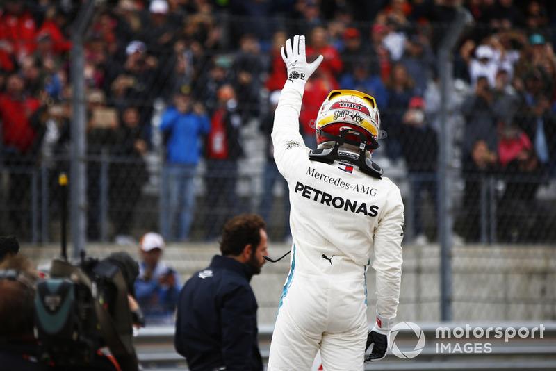 Lewis Hamilton, Mercedes AMG F1, salue les fans après avoir signé la pole position