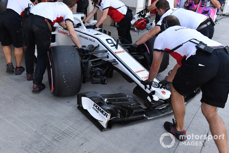 Marcus Ericsson, Sauber C37 with broken front wing in FP1