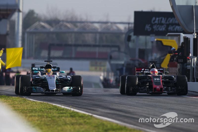 Льюіс Хемілтон, Mercedes AMG F1 W08, та Кевін Магнуссен, Haas F1 Team VF-17, залишає піт-лейн