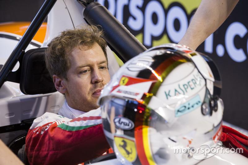 Sebastian Vettel, in de pits