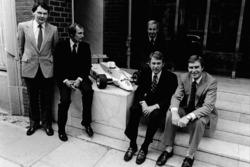 Слева направо: Джон Барнард, Рон Деннис, Тедди Майер, Тайлер Александр и Крейтон Браун с масштабной