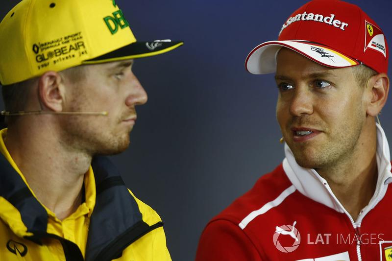 Nico Hulkenberg, Renault Sport F1 Team, Sebastian Vettel, Ferrari, en la conferencia de prensa de la FIA
