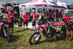Мотоциклы Хоана Барреды Борта, #11 Monster Energy Honda Team; и Рики Брабека, #9 Monster Energy Honda Team