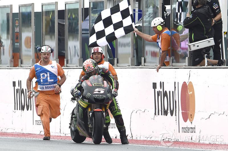 Johann Zarco, Monster Yamaha Tech 3 empuja su moto a la meta