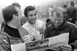 Pole sitter Jacky Ickx,  with Eion Young and Bill Bryce, Manager of Chris Amon