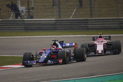 Daniil Kvyat, Scuderia Toro Rosso STR12, devance Esteban Ocon, Force India VJM10