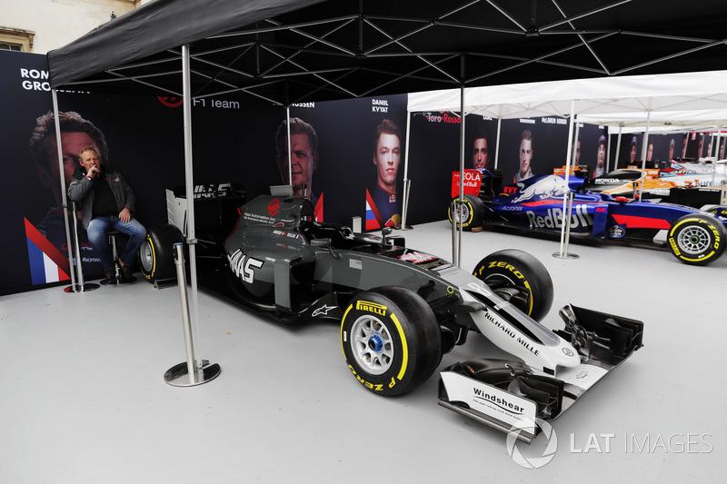 Haas F1 Team, Scuderia Toro Rosso, McLaren y Williams Fórmula 1 los coches bajo toldos preparados para la demostración de calle en Londres
