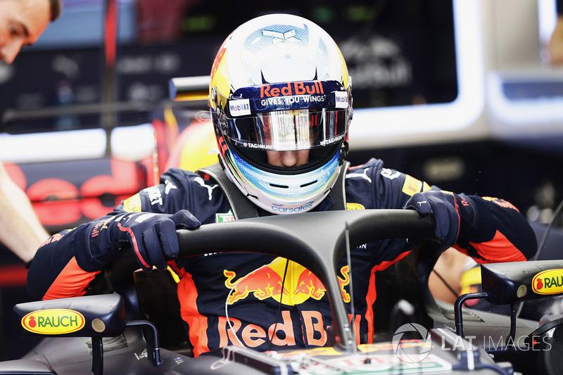 Daniel Ricciardo, Red Bull Racing RB13, Sube en su cabina equipada con halo