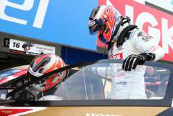ドライバーの交代練習を行うジェンソン・バトン(#16 MOTUL MUGEN NSX-GT)