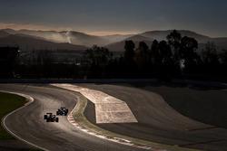 Stoffel Vandoorne, McLaren MCL32 leads Pascal Wehrlein, Sauber C36