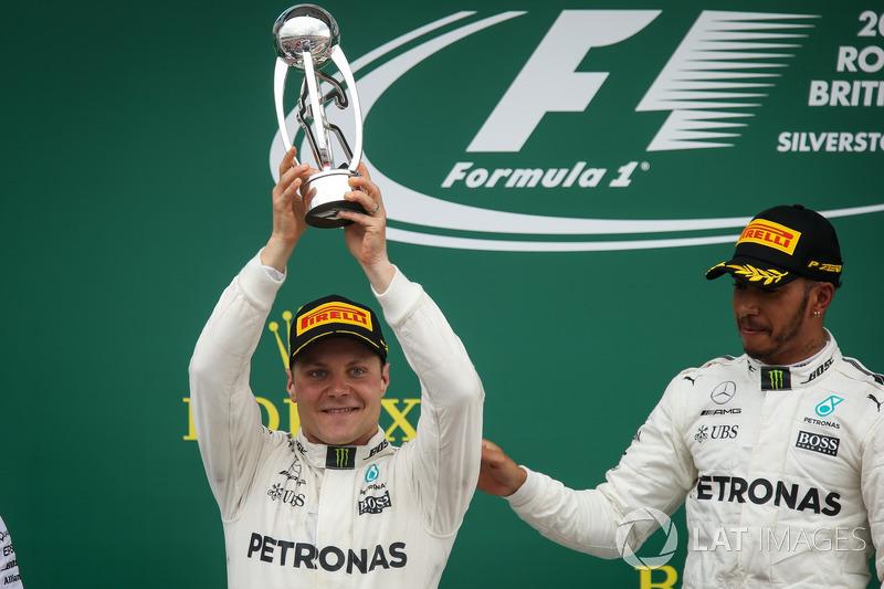 Ganador de la carrera Lewis Hamilton, Mercedes AMG F1 celebra, Valtteri Bottas, Mercedes AMG F1 en el podio