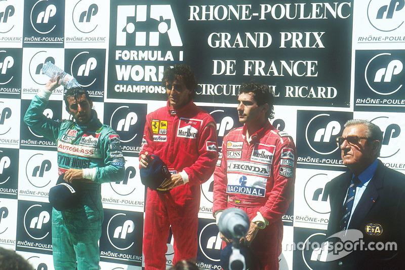 Podio: ganador de la carrera Alain Prost, Ferrari, segundo lugar Ivan Capelli, Leyton House Judd, tercer lugar Ayrton Senna, McLaren Honda, y el Presidente de la FIA Jean-Marie Balestre