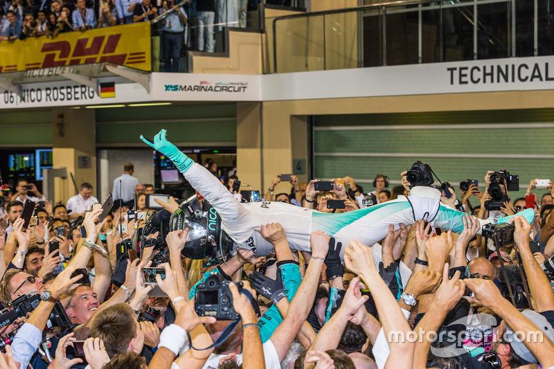 Segundo lugar y campeón del mundo 2016 de F1 Nico Rosberg, Mercedes AMG F1 celebra