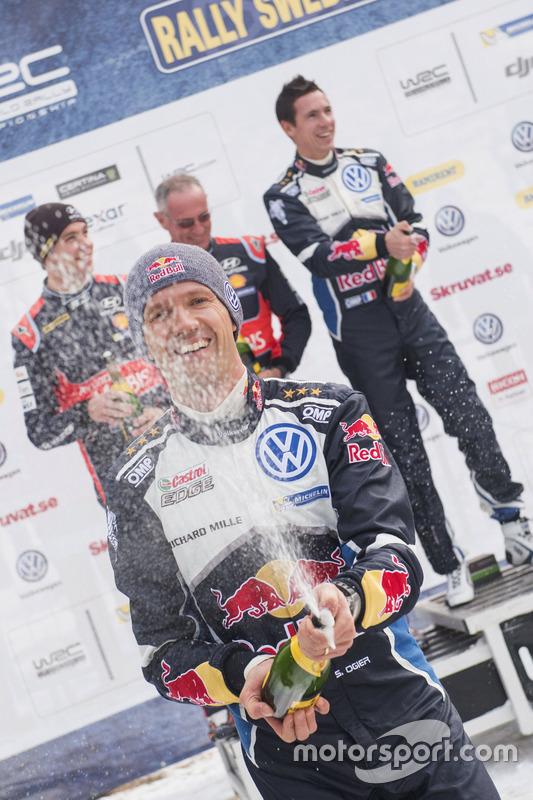 Podium: winnaars Sébastien Ogier, Julien Ingrassia, Volkswagen Motorsport, tweede plaats Hayden Paddon, John Kennard, Hyundai Motorsport