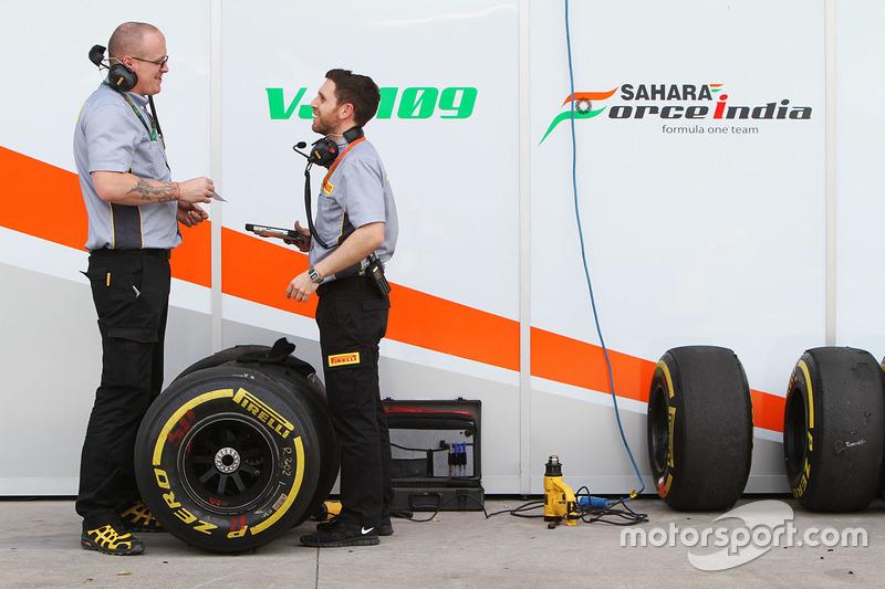 Sahara Force India F1 Team mit Pirelli-Ingenieuren