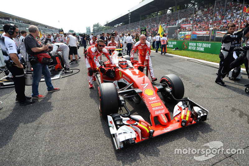 Kimi Raikkonen, Ferrari SF16-H on the grid