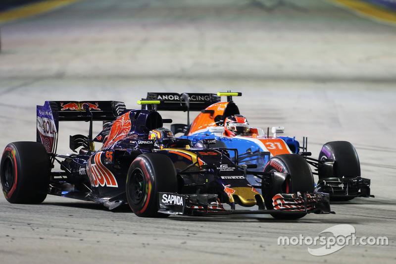 Carlos Sainz Jr., Scuderia Toro Rosso STR11 and Esteban Ocon, Manor Racing MRT05 battle for position