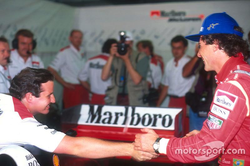 Ayrton Senna , McLaren é parabenizado por seus colegas