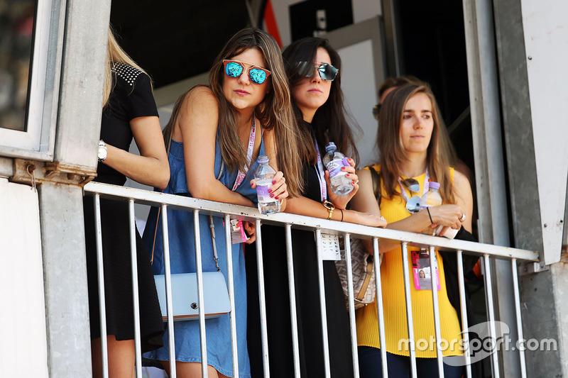 Fans auf dem Balkon