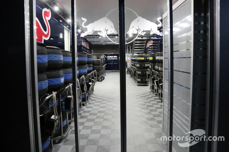 Red Bull Racing pit building di notte