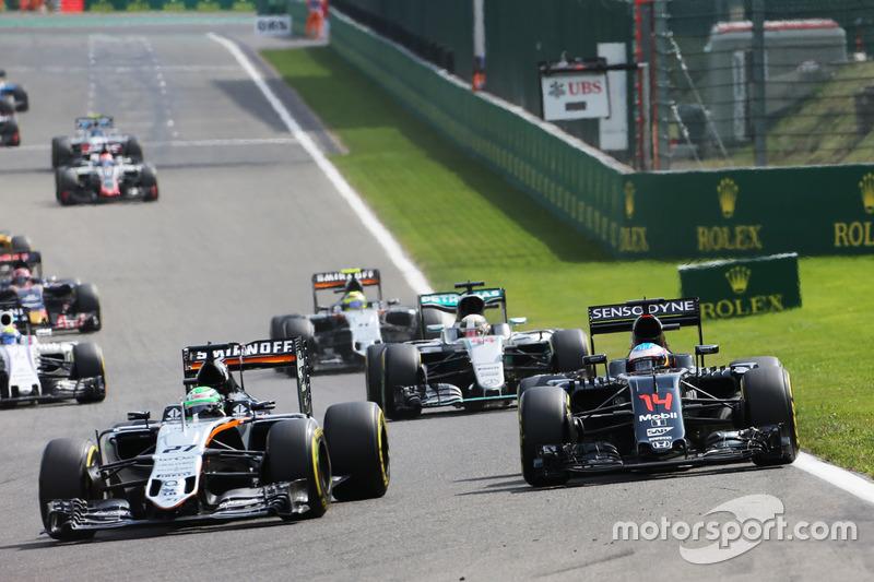 Nico Hulkenberg, Sahara Force India F1 VJM09 e Fernando Alonso, McLaren MP4-31 lottano per la posizione
